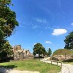 Das gepflegte Gelände der Burg Regenstein. Es gibt auch ein Kiosk und eine kleine Gaststätte.