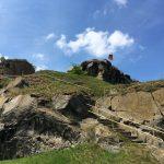"""Der """"Gipfel"""" der Burgfestung mit Fahne, links der Rundturm"""