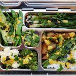 """Jetzt noch gehackte, frische Kräuter darüber - fertig! Lunchbox """"weiß-grünes SoLaWi-Gemüse"""" mit Reis und Currysauce"""