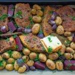 Kürbis mit feuriger Chili-Nusskruste, gebackene Rote Bete, gebackener Schafskäse